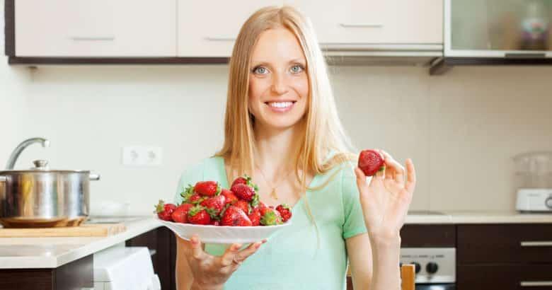 como plantar morangos - dona de casa com morangos na cozinha