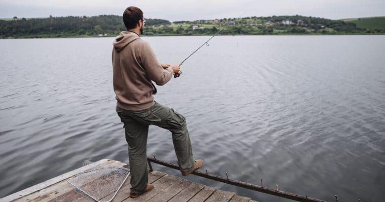 estilo de vida natural | Vista traseira, de, posição homem, ligado, cais, pesca, em, a, lago