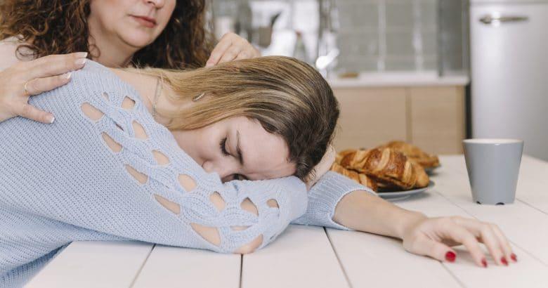 Vencer a Depressão | Mãe filha reconfortante