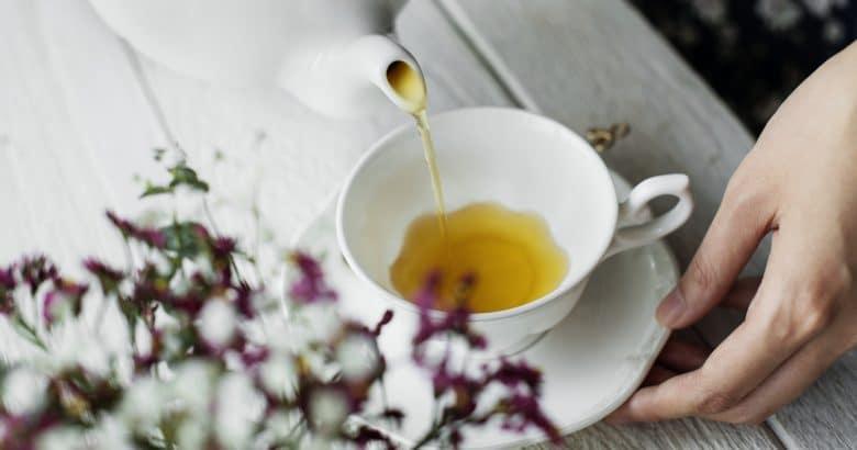 Remédio para Dormir   Vista aérea, de, um, mulher, despejar, um, chá quente, bebida