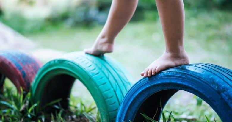 Miúdos que funcionam em pneus no campo de jogos | Como Fazer um Jardim Com Pneus – Artesanato Sustentável e Lindo