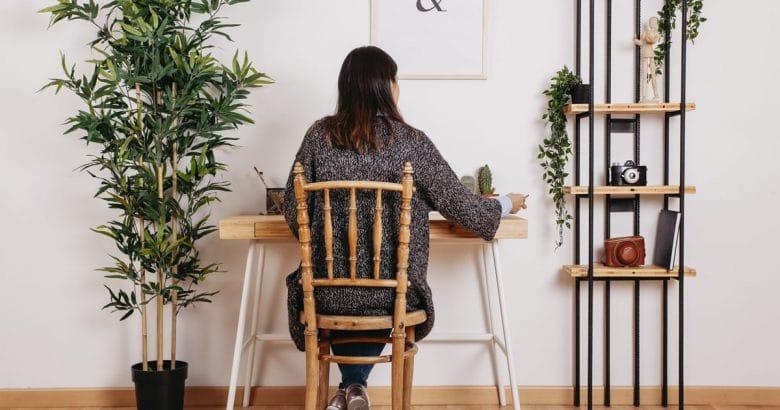 Mulher anônima que estuda no quarto moderno | 5 Dicas Para Decorar o Quarto Com Plantas