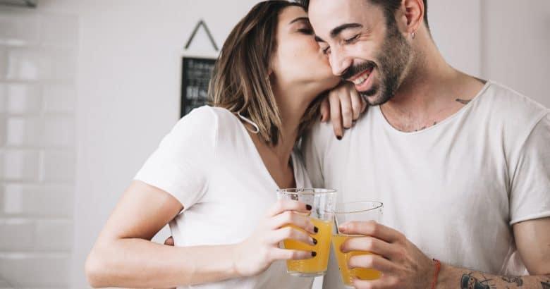 Mulher, beijando, homem, enquanto desfruta de suco | 5 Sucos Detox Para Melhorar a Saúde de Forma Natural