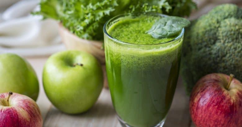 Tiro macro fresco smoothie verde | 5 Sucos Detox Para Melhorar a Saúde de Forma Natural
