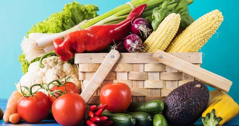 Cesta com variedade de vegetais crus | agricultura orgânica